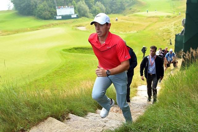 復帰戦のマキロイは月曜日に9ホールをラウンド。階段も駆け上がる快復ぶり?(Andrew Redington/Getty Images)