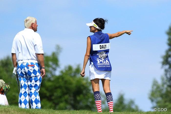 今年正式に籍を入れたお二人。「ジョン、グリーンはあっちよ、あっち!」「おメエが生まれる前から知ってるよ!」(※やりとりはフィクションです) 2015年 全米プロゴルフ選手権 初日 ジョン・デーリー&アナ・デーリー