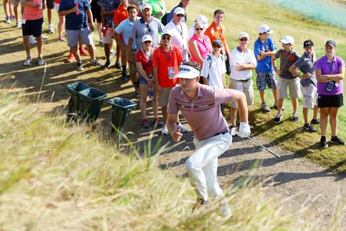 2番ホールで大きく左に曲げたブラッドリー。急な坂道を駆け上がってグリーン面を確かめる 2015年 全米プロゴルフ選手権 最終日 キーガン・ブラッドリー