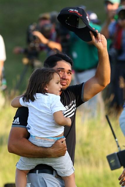 2015年 全米プロゴルフ選手権 最終日 ジェイソン・デイ 息子ダッシュくんを抱えてグリーンを18番グリーンを降りる。ついにメジャーチャンプの栄光を掴つかんだ