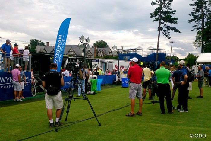 火曜日には多くの報道陣とガードマンがナイキのツアーバンの前を固める風景も・・・ 2015年 ウィンダム選手権 事前 ナイキのツアーバン