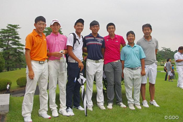 日本ジュニア優勝の篠(中央)と吉岡徹治氏(右端)を囲む選手たち 2015年 日本ジュニアゴルフ選手権 最終日 集合写真