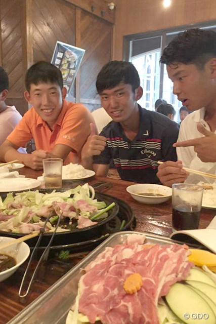 2015年 日本ジュニアゴルフ選手権 最終日 食事 優勝後はすぐに近隣のレストランでたらふく食事を食べた篠優希たち(撮影:吉岡徹治)