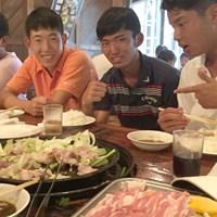 優勝後はすぐに近隣のレストランでたらふく食事を食べた篠優希たち(撮影:吉岡徹治) 2015年 日本ジュニアゴルフ選手権 最終日 食事