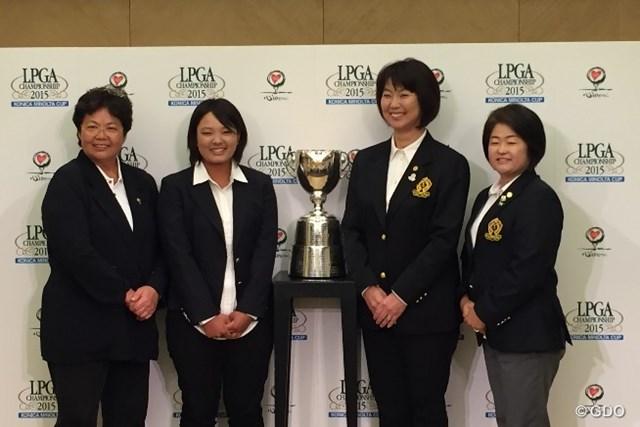 記者会見に登場した鈴木愛(左から2番目)は緊張の面持ちで連覇への意欲を語った