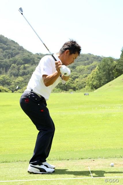 昨年涙の優勝を飾った藤田寛之。開幕前日はプロアマ戦後に練習場で多くの時間を費やした