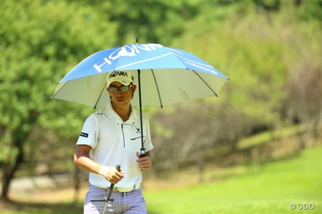 2015年 RIZAP KBCオーガスタゴルフトーナメント 初日 上井邦裕 最近は男子でも日傘するのか。