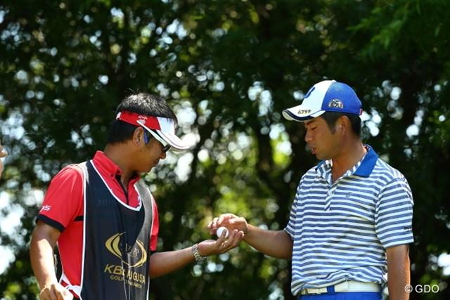 2015年 RIZAP KBCオーガスタゴルフトーナメント 初日 池田勇太 二人で手をかざしてボールを浮かしている瞬間。
