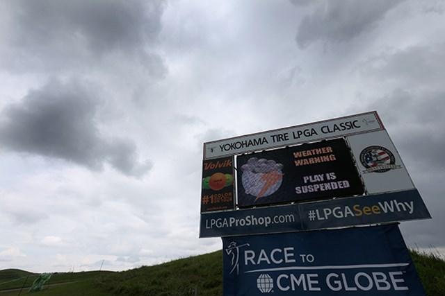 雷雲接近による中断がのべ5時間以上となり第3ラウンドは日没サスペンデッドとなった(Todd Warshaw/Getty Images)