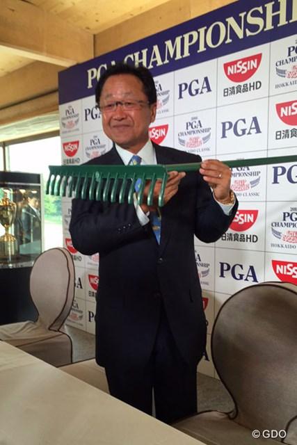 2016年 日本プロゴルフ選手権大会 日清カップヌードル杯 事前 倉本昌弘 倉本昌弘会長はセントアンドリュースから取り寄せたというレーキを披露した