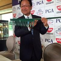 倉本昌弘会長はセントアンドリュースから取り寄せたというレーキを披露した 2016年 日本プロゴルフ選手権大会 日清カップヌードル杯 事前 倉本昌弘