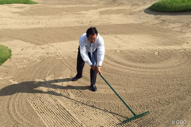 2016年 日本プロゴルフ選手権大会 日清カップヌードル杯 事前 倉本昌弘 導入する「バンカーならし係」のイメージで、倉本会長は自らレーキを使ってみせた