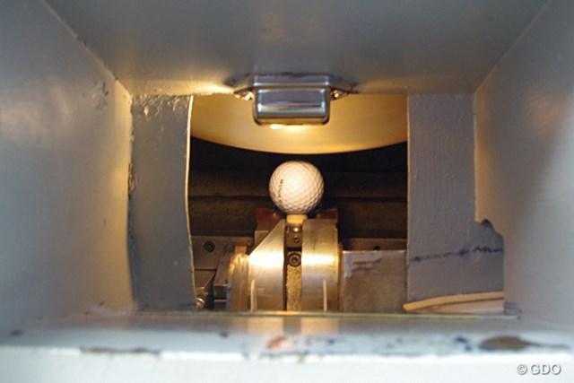 球の初速を調べる機械。ティアップした球の上を高速で回転している機械が球を打つ