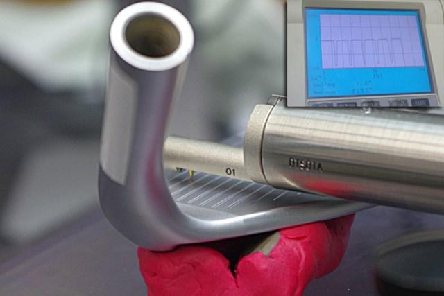 クラブフェースの溝を検査する機械。目に見える溝だけでなく、フェース表目の小さな凹凸まで記録する