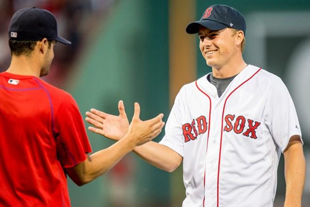 火曜日の夜、ボストン・フェンウェイパークでの始球式を行ったスピース(Billie Weiss / Boston Red Sox)
