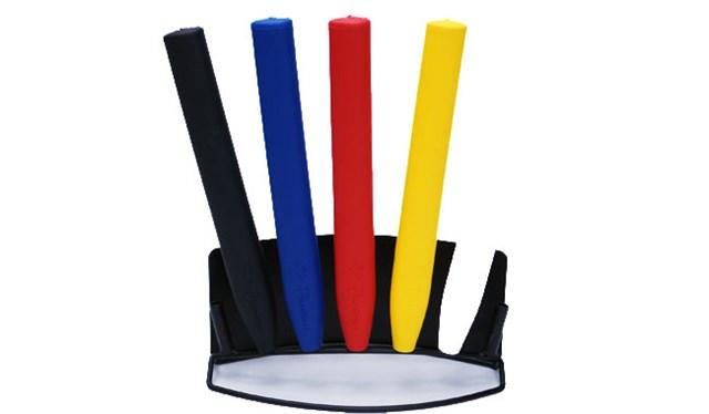 平べったい特殊な形状はグリッププレッシャー、ストロークにおいてメリットをもたらす。カラーバリエーションも豊富
