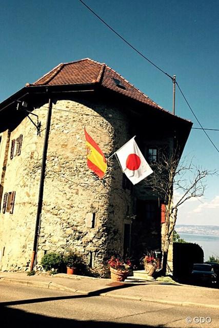 1465年に建てられたエビアンでも古い家の1つ。その壁にはスペインと日本の国旗がたなびいている