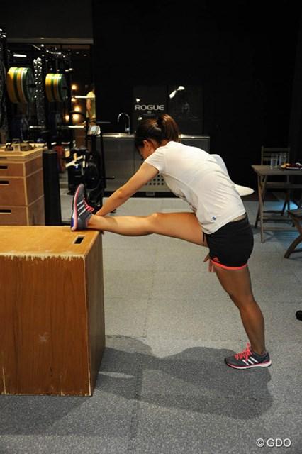 2.箱を使った3Dストレッチ。この体制で上半身をあらゆる方向に動かして、筋肉を立体的に伸ばしていく