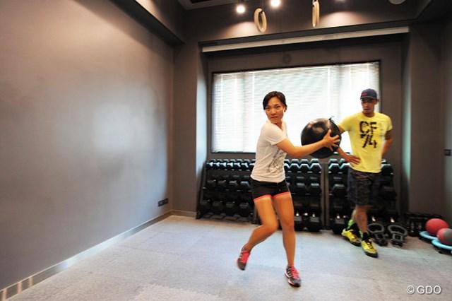 4-1.壁に向けてメディシンボールを投げつけるトレーニング