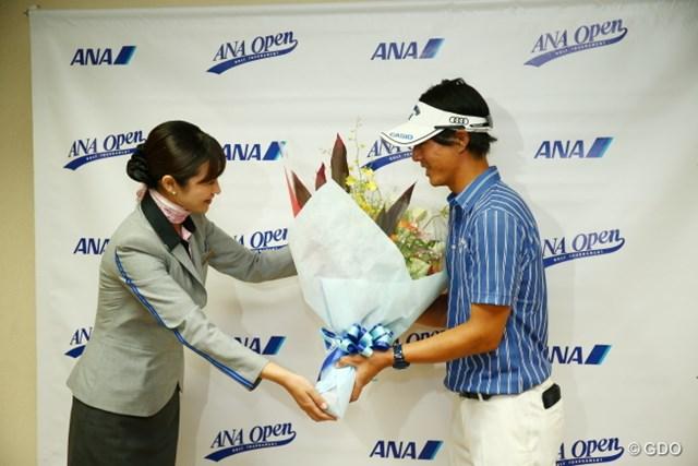 ANAのキャビンアテンダントさんから誕生日の花束を贈呈される石川遼