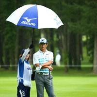 キャディさんもタイへンだね。選手の背がもっと高かったら届かないもんね。 2015年 ANAオープンゴルフトーナメント 2日目 鈴木亨