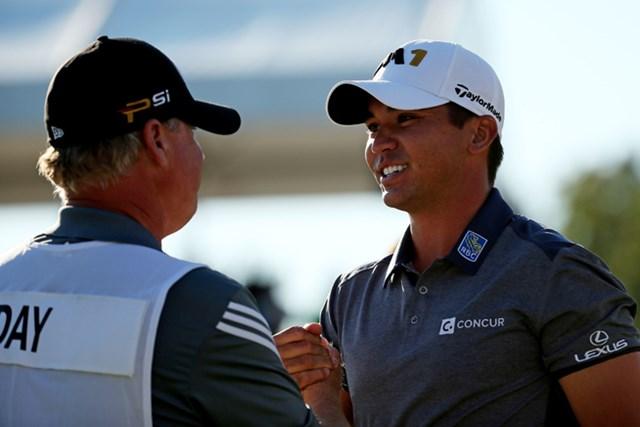 2人の目標だった世界1位に上り詰め、ガッチリと握手を交わしたデイとスワットン氏 (Patrick Smith/Getty Images Sport)