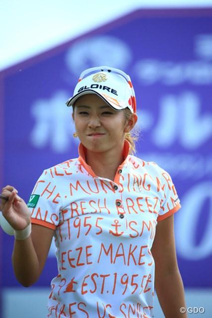 2015年 ミヤギテレビ杯ダンロップ女子オープン 最終日 斉藤愛璃 ギャラリーからナイスショットなんて言われてなんか照れくさそう