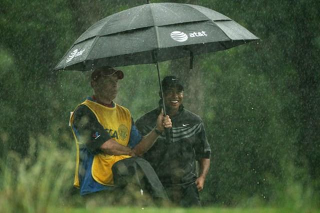 幸運にも雨の影響を受けない選手がいれば、逆の選手も…。タイガーは、まさに雨に祟られ続けている(Andrew Redington /Getty Images)
