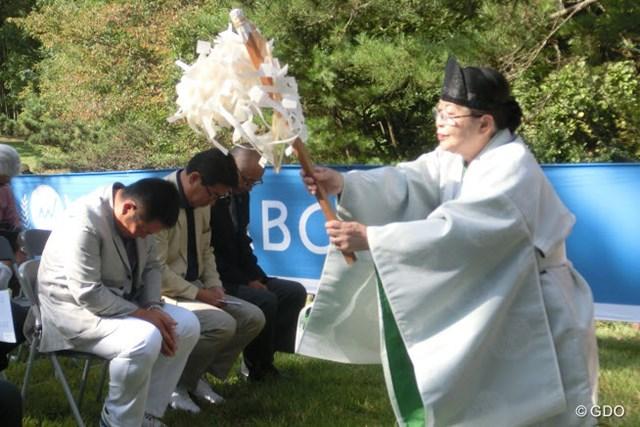 連覇に向け、小田龍一(左)は復調を祈願した