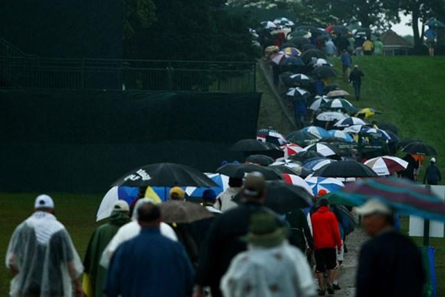 初日に続き降雨によるサスペンデッド。引き上げるギャラリーの足取りも重い(Chris McGrath /Getty Images)