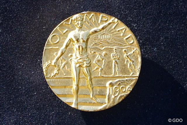 IOC作成の金メダル 1904年と刻印された金メダル。数年前にIOCが作り直したもので、オリジナルとは形状が異なっている