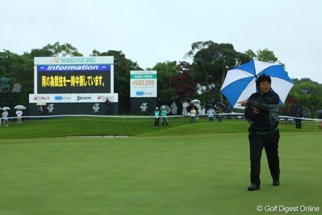 2009年 ニチレイPGMレディス 最終日 岡本綾子 7時50分 コースコンディション悪化により中断。コースコンディションをチェックする岡本綾子さん