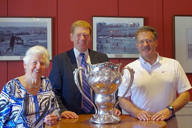 左から孫のメリー、ルー、ひ孫のロスとサンディ。中央にあるのは、リオンが獲得したオリンピックトロフィーで、今はカナダのゴルフ殿堂に展示されている