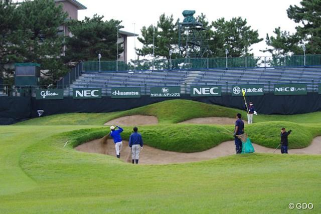 """2015年 日本女子オープンゴルフ選手権競技 初日 18番ホール スタート前の風景。 コース管理スタッフによる""""メジャーセッティング""""の最後の仕上げを施しているところ"""