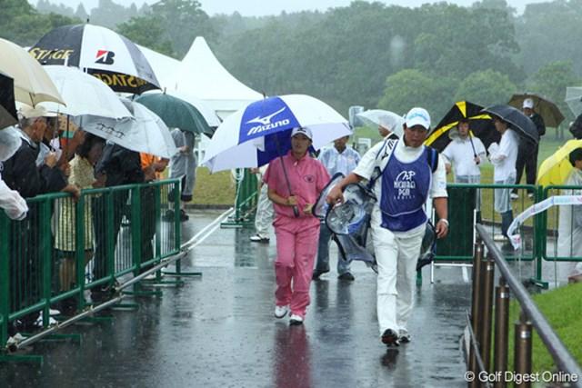 2009年 ニチレイPGMレディス 最終日 飯島茜 飯島茜はスタートに備えて雨の中で練習していたが、中断の報告を聞いて一旦練習を引き上げた