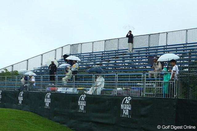 2009年 ニチレイPGMレディス 最終日 スタンド 18番グリーンサイドのスタンドで御馴染み、シートで場所取りする光景。しかし、18番グリーンに選手が現れる事はなかった