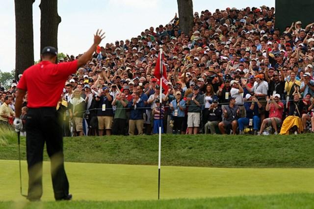 2009 全米オープン 最終日 タイガー・ウッズ タイガーは第3ラウンドの17番でチップインバーディ! 最終ラウンド11ホールを残しサスペンデッドに(Andrew Redington /Getty Images)