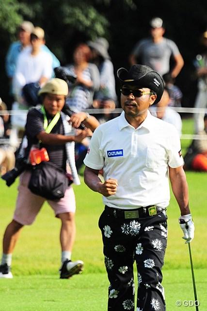 2015年 トップ杯東海クラシック 最終日 片山晋呉 本割の18番。セカンドをピタリとつけてガッツポーズ。後方を走ってるのはオフィシャルのカメラマン。