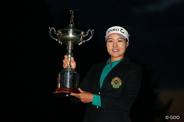 2015年 日本女子オープンゴルフ選手権競技 最終日 チョン・インジ 日没の迫る中、チョン・インジが4ホールに及んだプレーオフを制し、日本メジャー2勝目を挙げた
