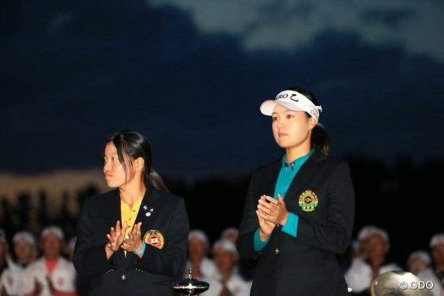 2015年 日本女子オープンゴルフ選手権競技 最終日 チョン・インジ 勝みなみ 表彰式。もう真っ暗。