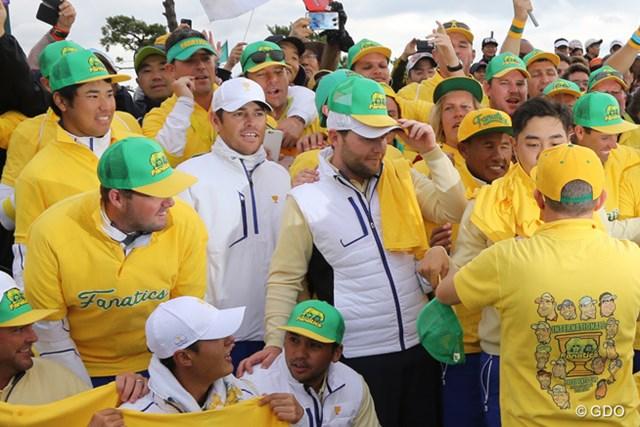 惜敗した世界選抜の選手は試合後、オーストラリア出身の応援団「ファナティクス」の輪に加わった
