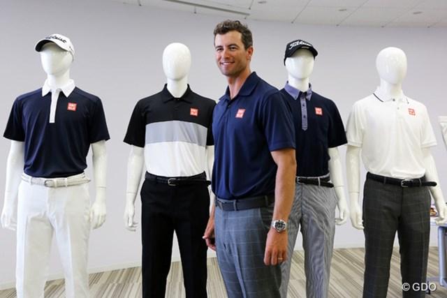 都内のユニクロのオフィスを訪れたアダム・スコット。背中越しのコーディネートで2年連続の日本オープンを戦う(左から2番目がカラーブロックデザインのシャツ)