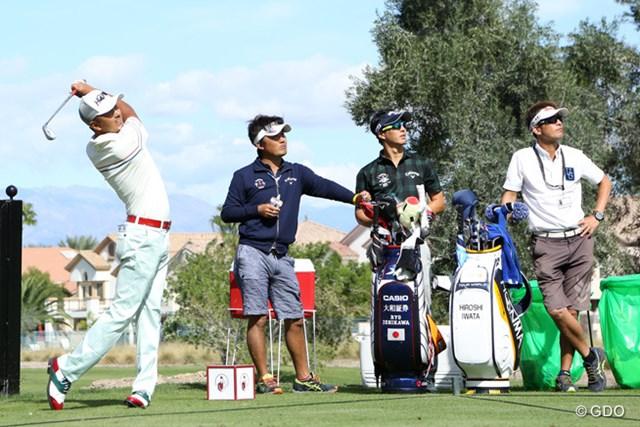 会場のTPCサマリンで練習ラウンドを行う岩田寛と石川遼