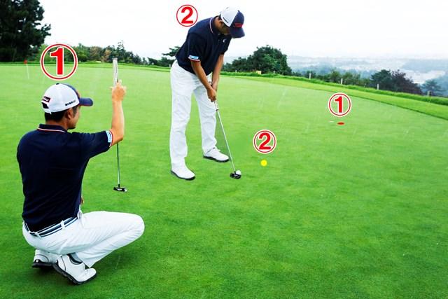 (画像4枚目) パットの目印「仮想カップ」or「スパット」、どっち?/教えて貞方章男編 ①ボール後方でラインを読む ②目印に合わせてアドレス