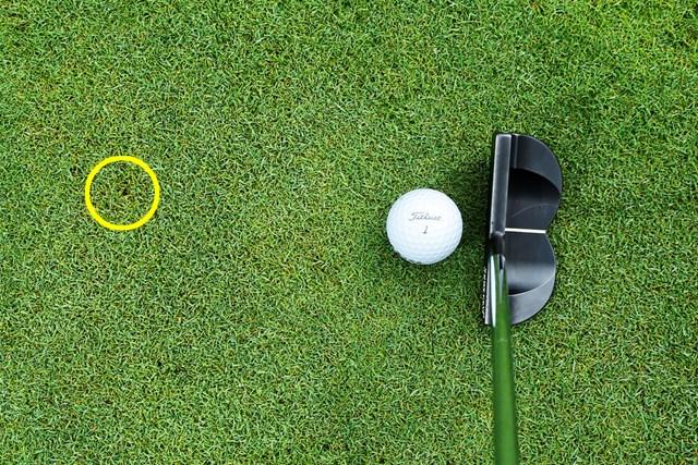 (画像6枚目) パットの目印「仮想カップ」or「スパット」、どっち?/教えて貞方章男編 エアレーションの穴や色の違う芝など、目印になれば何でもOK