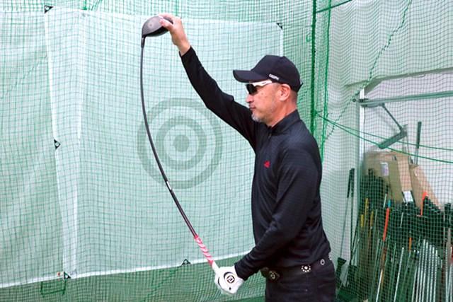 純正シャフトは、切り返しで中間部分がクイッとしなる。インパクトでは先端がスピーディーにしなり戻り、ボールを気持ちよく弾く