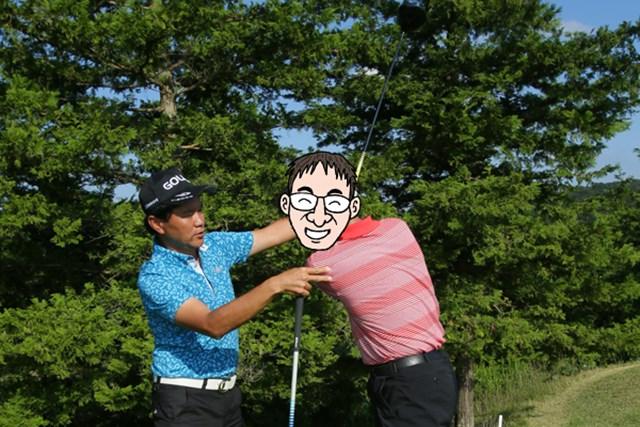 ゴルフ5カントリー オークビレッヂ1_8 比嘉プロが、N村に対してスイングを熱心に指導。実は、これには深い意味が……。次回の連載で明らかに