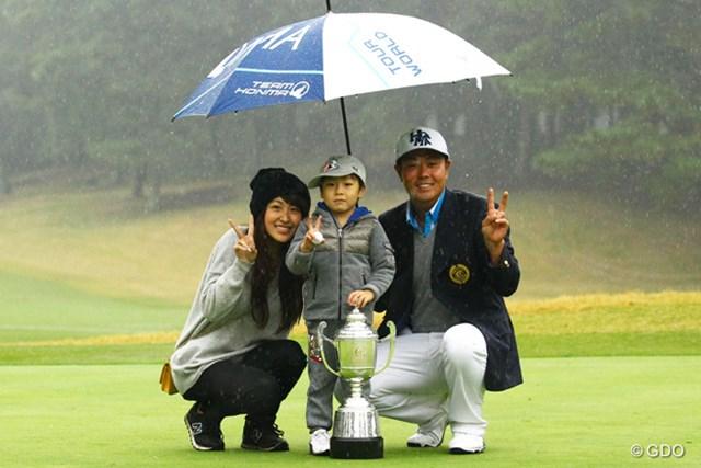 雨中の戦いを制し2季ぶりの優勝を手にした谷原秀人。家族と笑顔で記念撮影に収まった
