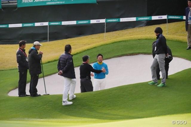 宮本勝昌はホールアウト後、指摘を受けたバンカーで競技委員との現場検証に参加した
