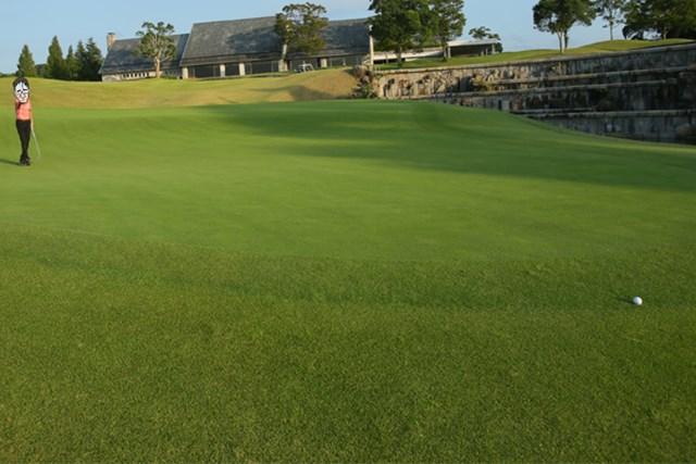 ゴルフ5カントリー オークビレッヂ2_1 「ゴルフ5カントリー オークビレッヂ」の洗礼を受けるN村。一人でのラウンドでの18番ホール。傾斜が強いグリーンでパットが外に飛び出しそうになるなど、4パットを費やす